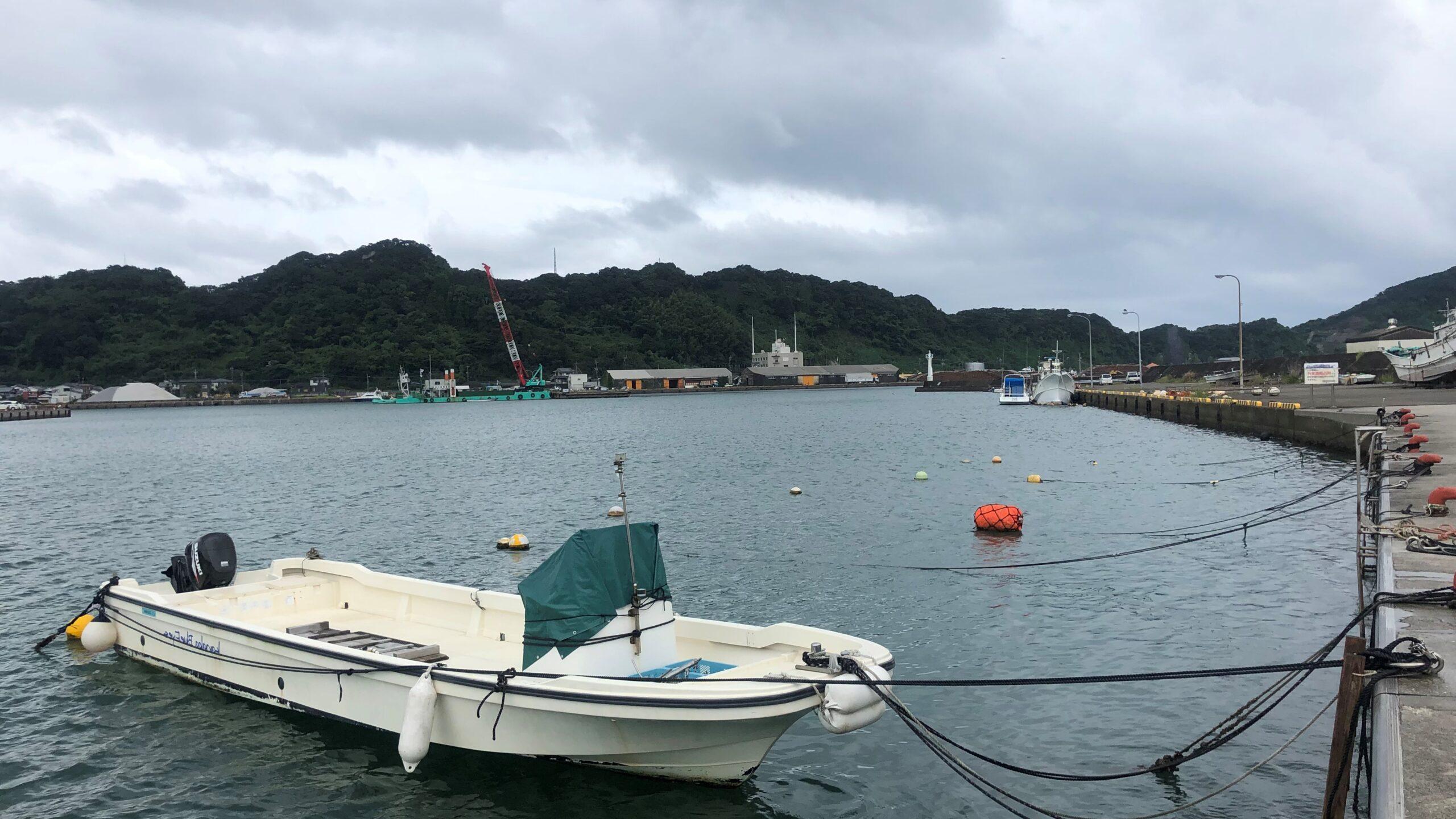貸し切りの油津港、Blue Eyesは独りぼっちで台風に耐えます。